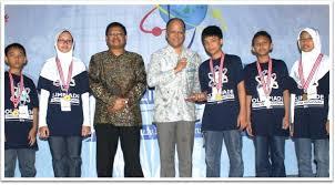 Sang Juara Olimpiade Online menerima trofi dari Prof. Ing. Ilham Habibie, Ph.D.