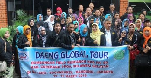 STUDI BANDING. Peserta kunjungan studi banding dari KKG PAI Kabupaten Enrekang, Sulawesi Selatan berfoto bersama Kepala SD Unggulan AL-YALU