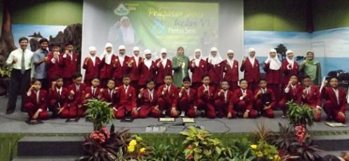 Rekor tahun ke-7. Siswa-siswi kelas VI SD Unggulan Al-Ya'lu peraih nilai rata-rata US tertinggi se-Kota Malang bersama ibu kepala sekolah dan guru
